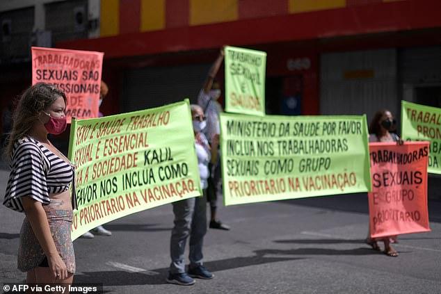 Les fermetures d'hôtels liées à une pandémie dans la ville de Belo Horizonte, dans le sud-est du pays, ont forcé des milliers de prostituées à solliciter des clients dans la rue, disent-ils.  Sur la photo: des travailleuses du sexe manifestant lundi à Belo Horizonte
