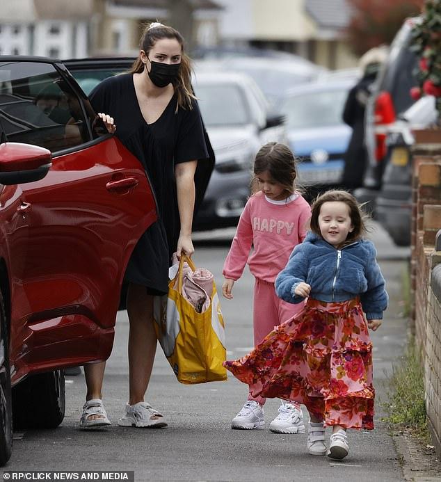 Informal: Jacqueline Jossa, 28, lució una figura discreta mientras se dirigía con sus dos hijas Ella, seis, y Mia, 2, el miércoles.