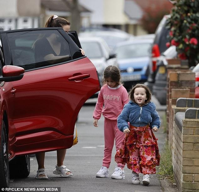 Dulce: la pequeña Ella vestía un lindo chándal rosa con la frase Happy, mientras que Mia vestía un vestido rojo con flores y una acogedora chaqueta azul peluda.