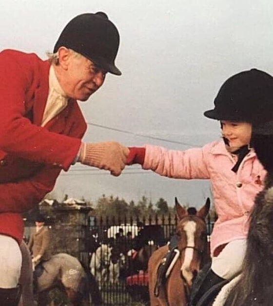 Kuda poni keduanya agak lebih menjanjikan, kuda lucu bernama Bubbles, di mana Rachael Blackmore yang berusia tujuh tahun yang tersenyum dengan bangga duduk di atas jaket berkuda berlapis merah muda bayinya.