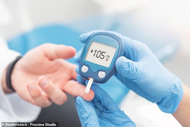 Las personas que experimentan una caída en sus niveles de azúcar en sangre después de comer terminan sintiendo más hambre y, por lo tanto, consumen cientos de calorías más que otras, revela un estudio.  Imagen de archivo