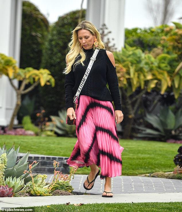 Enfocada en sí misma: la estrella de reality de 43 años lució una colorida falda con un suéter para un día de mimos y un tratamiento facial en Skin Laundry el lunes por la tarde.