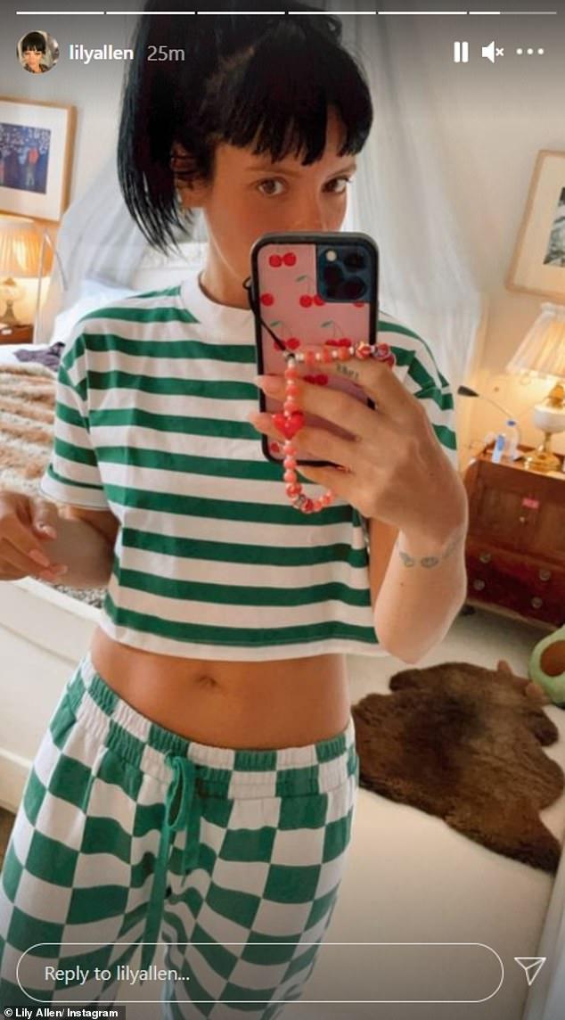 ¡Luciendo bien!  Después de su salida, la cantante se cambió rápidamente a un top de rayas verdes que mostraba su tonificado abdomen mientras se relajaba en casa.