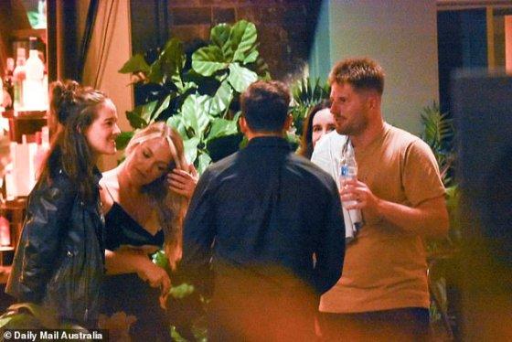 Siapa yang tahu mereka berteman?  Di satu panggung, keduanya terlihat mengobrol dengan Johnny Balbuziente dan beberapa produser