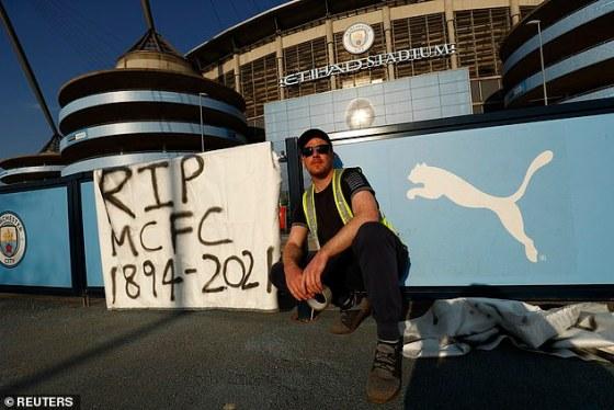 Penggemar Manchester City memprotes keterlibatan klub mereka dalam kompetisi pemisahan 12 tim