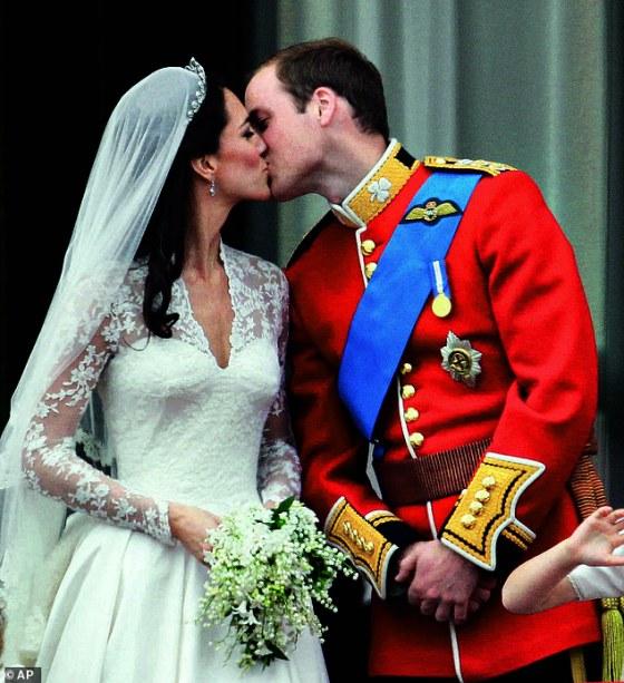 Berbicara secara eksklusif kepada FEMAIL, penulis biografi kerajaan Phil Dampier mengungkapkan Kate 'dewasa dengan cepat dalam perannya' saat dia mendekati peringatan 10 tahun menikah dengan Pangeran William dan menjadi seorang bangsawan.  Dia difoto pada hari pernikahannya di tahun 2011