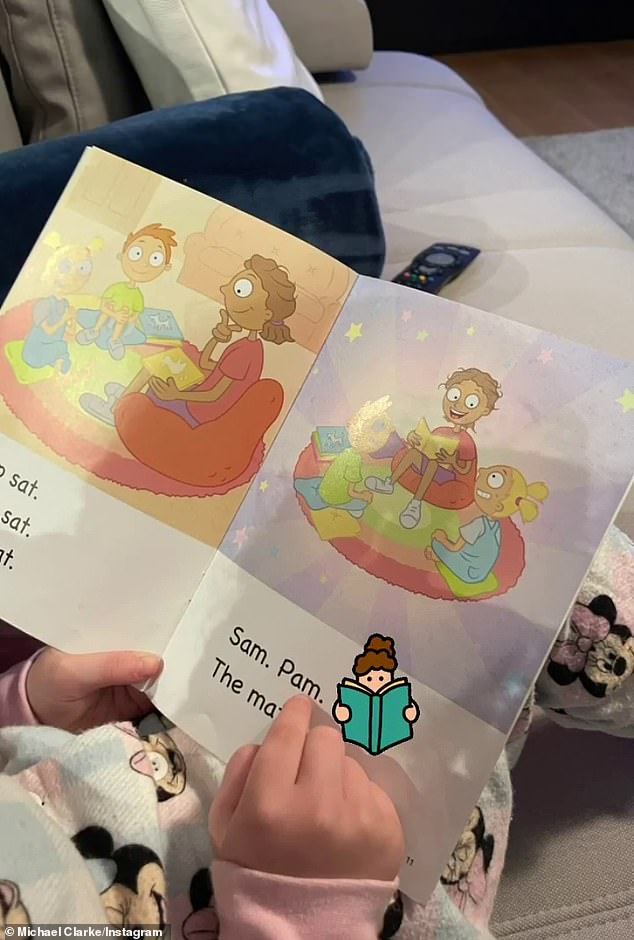 Reading:In another picture, the father and daughter sat down to read some storybooks together