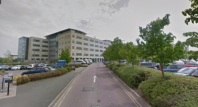 La mujer recibió Pfizer en lugar de AstraZeneca en el Great Western Hospital en Swindon, en la foto.  El hospital está realizando una revisión interna del error