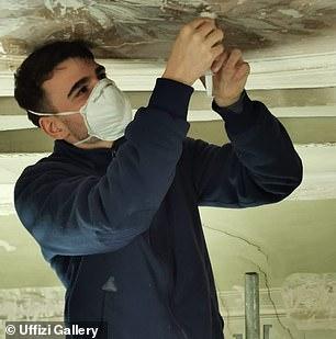 Un trabajador restaura motivos vegetales que se encuentran en las paredes y techos de una habitación en el ala oeste de los Uffizi.  El famoso museo del Renacimiento reabrirá al público el 4 de mayo