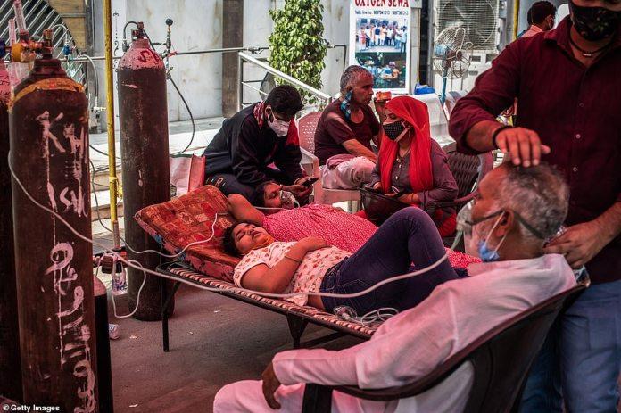 Los pacientes que padecen Covid-19 son tratados con oxígeno libre en una clínica improvisada en las afueras de un Sikh Gurudwara en Indirapuram.