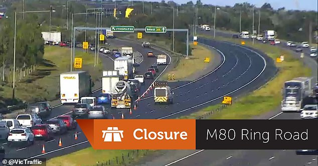 The major collision disrupted all Atona-bound lanes of the major Melbourne freeway which were closed until 11am