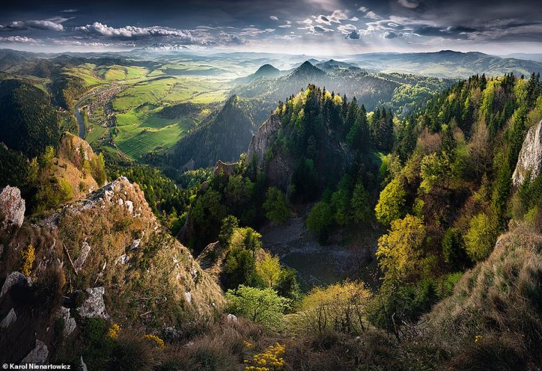 This breathtaking image was snapped from the top ofTrzy Korony, which with a summit at 3,222ft (982m), is the highest peak in the CentralPieniny mountains. It is made up of five crags, with a viewing platform onOkraglica - the highest crag