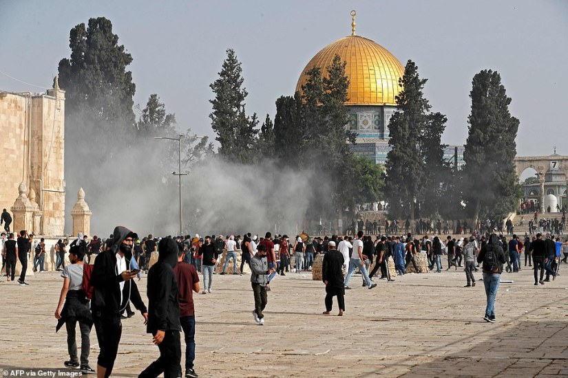 Palestinian protesters clash with Israeli security forces at Jerusalem's Al-Aqsa mosque compound on May 10
