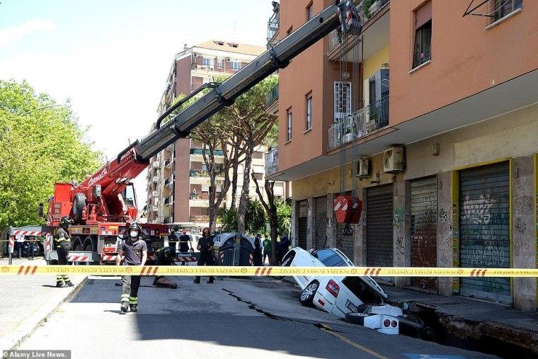 Esta semana, dos autos estacionados, una camioneta Mercedes y un auto Smart, desaparecieron sorprendentemente en un abismo de seis metros de profundidad y 20 metros de largo (en la foto) en el distrito de Torpignattara.