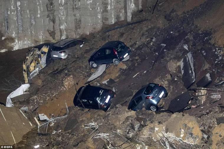 Los expertos creen que los sumideros han comenzado a aparecer con más frecuencia durante los últimos diez años debido al agua que inunda los espacios subterráneos.  En la imagen: un sumidero de 30 pies apareció en 2018