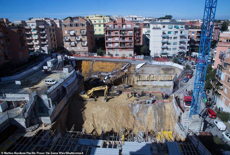 En mayo del año pasado, un sumidero (en la foto: Vista del área donde ocurrió el deslizamiento de tierra) de más de dos metros de profundidad se abrió frente al antiguo templo romano del Panteón, revelando piedras antiguas que datan del 27 a. C.