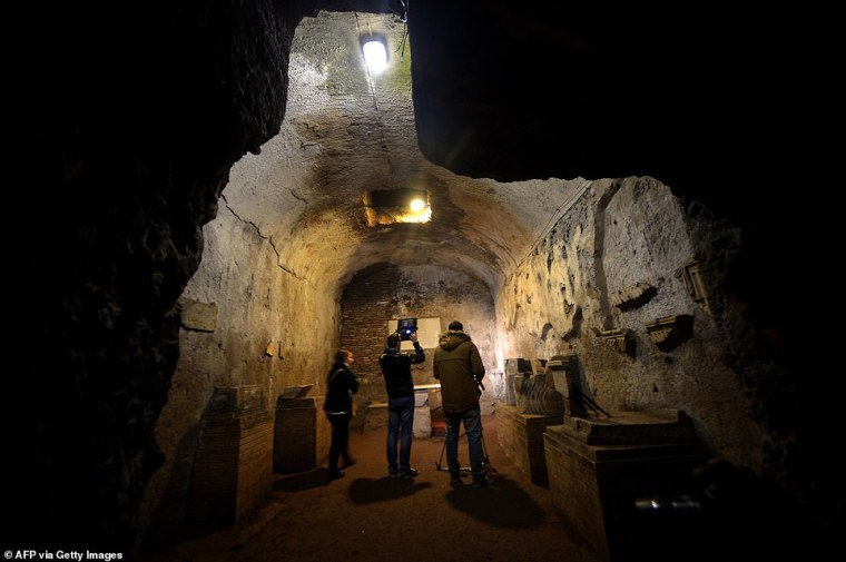 Hay más de sesenta catacumbas (en la foto: catacumbas de Santa Priscilla en 2013) en Roma, que componen cientos de kilómetros de pasadizos subterráneos que contienen miles de tumbas, pero solo cinco están abiertas al público.