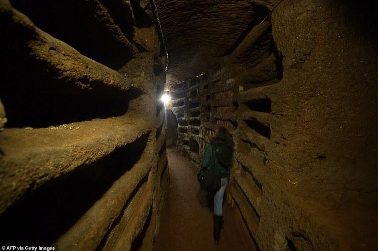 Las Catacumbas de Roma (en la foto: catacumbas de Santa Priscilla en 2013) conforman una gran cantidad de pasadizos subterráneos debajo de la ciudad, que se utilizaron como cementerios subterráneos desde el siglo II al V