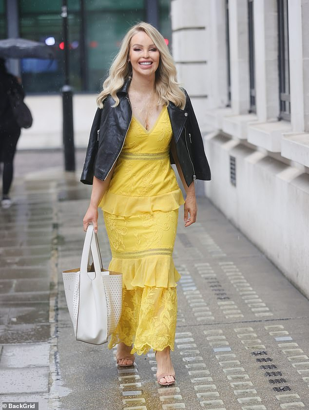 Hair down:Katie wore her glossy blonde hair loose and carried her belongings in a stylish white tote bag