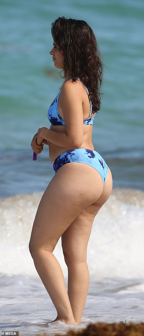 Nena de Miami: Camila parecía contenta mientras paseaba por la costa antes de desafiar el agua