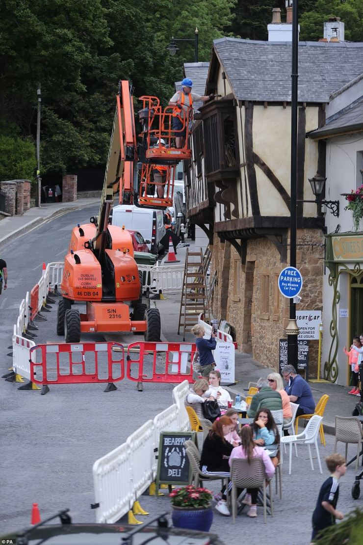 No bother: People happy continued to dine as work continued around them