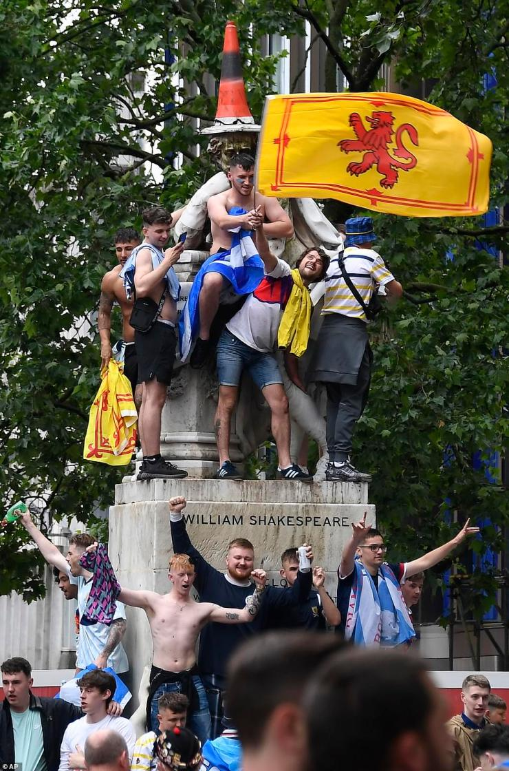 William Shakespeare was given the Duke of Wellington treatment from Glasgow as a cone was placed on his head with fans dancing around the statue