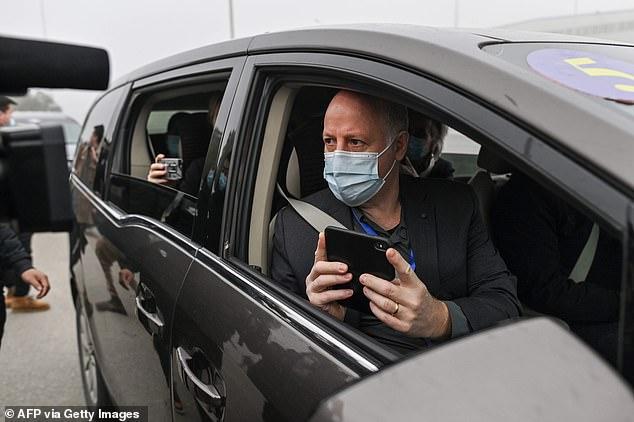 Daszak est vu le 3 février arrivant au laboratoire de Wuhan dans le cadre d'une équipe de l'Organisation mondiale de la santé pour inspecter l'installation