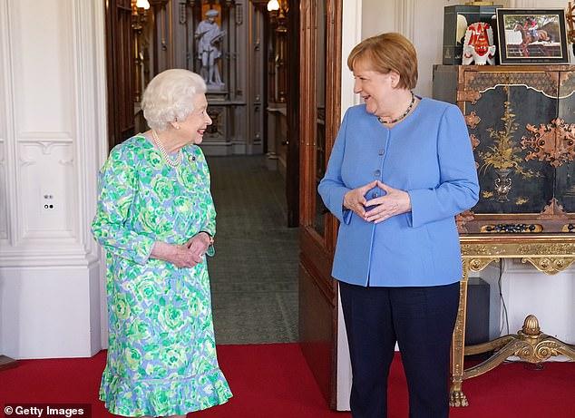 La chancelière allemande sortante Angela Merkel et la reine ont été photographiées ensemble alors que Mme Merkel entreprend des visites avant son départ en août