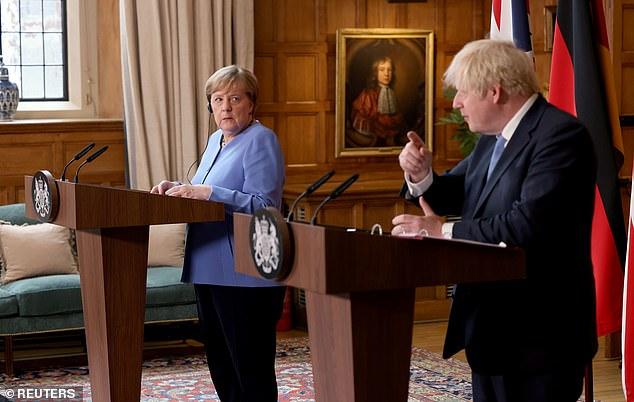 Mme Merkel a assisté à une conférence de presse conjointe avec le Premier ministre Boris Johnson à Chequers