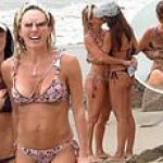 Braunywn Windham-Burke and girlfriend Fernanda Rocha pack on the PDA wearing bikinis on the beach 💥👩💥