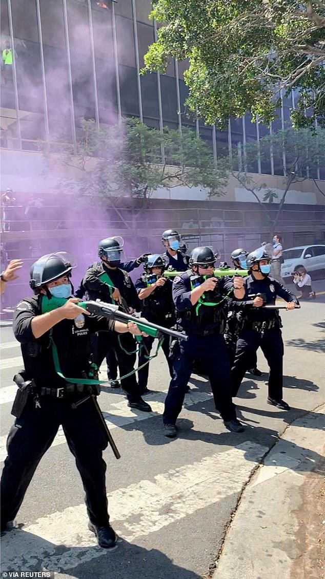 अनियंत्रित भीड़ को तितर-बितर करने के लिए अधिकारियों ने रबर की गोलियां चलाईं। एक वीडियो में एक व्यक्ति को पेट में मारा जा रहा है
