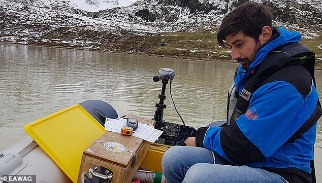 Pictured Michael Plüss, technician at Eawag's department Surface Waters, installs a thermistor chain on Lake Stei (Canton Bern, at the Susten Pass). Through automatic series of measurements of water temperature at various depths over several years, the researchers are gaining a better understanding of the general development of high-alpine lakes and their seasonal fluctuations