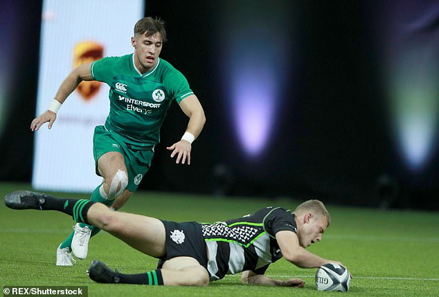 Zijn ding doen: Greg in actie met Louis Lynagh van het Barbarians Rugby X-toernooi in de O2 Arena, Londen in oktober 2019