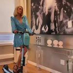 Paris Hilton sparkles in blue as she rides a scooter around her house💥👩💥💥👩💥