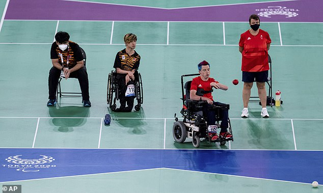 Malaysia 's Chew Wei Lun (centre left) took a 2-0 lead but could only watch Smith's fightback