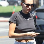 Hailey Bieber flashes her midriff in a crop top while heading to an acting studio for a class in LA💥👩💥💥👩💥