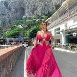Demi Rose showcases her jaw-dropping curves in a fuchsia cut-out dress during vacation in Italy 💥👩💥💥👩💥