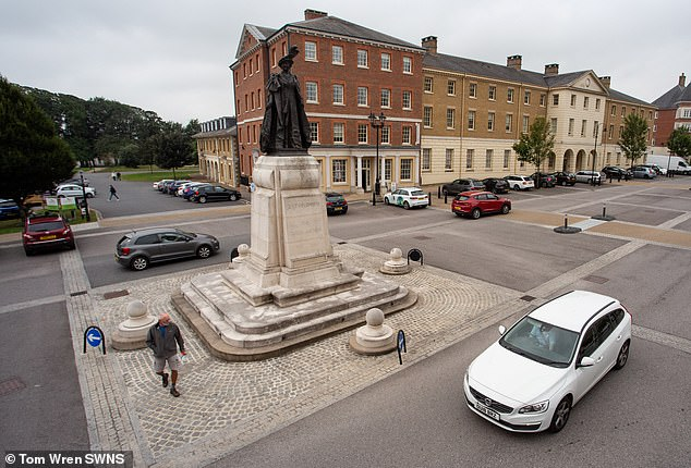 Motorists have been left confused over whether a statue of the Queen Mother in the village of Poundbury,on the outskirts of Dorchester, is or is not a roundabout