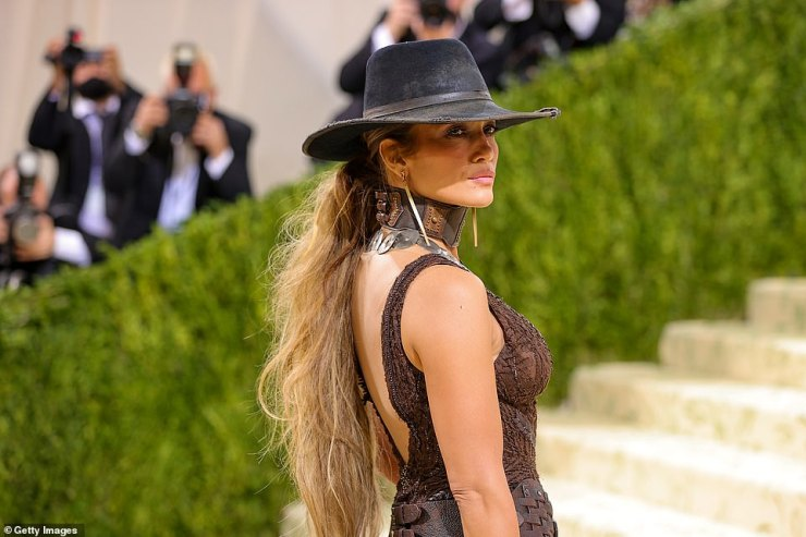 Closer look: Jennifer wore a leather choker and a Western-style cowboy hat to complete her look, which was on point for the American Icon theme