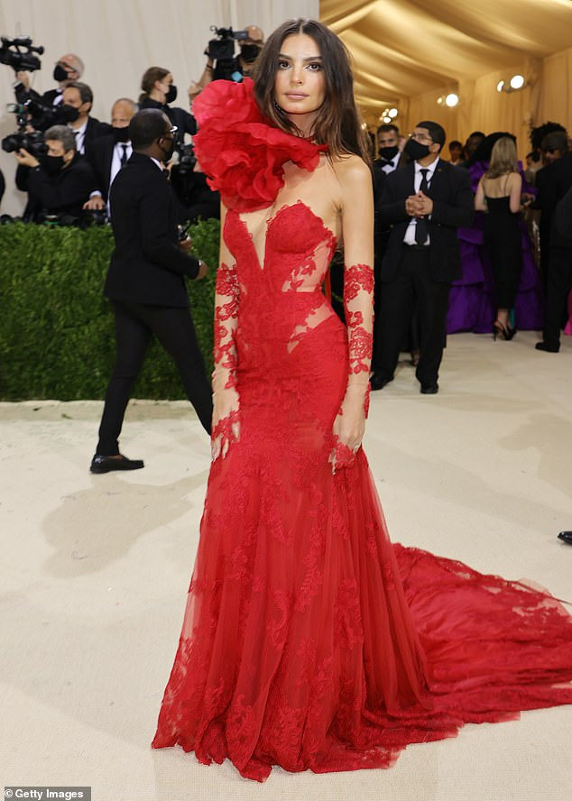 Elegant: Emily Ratajkowski, 30, was unmissable as she walked the red carpet at the 2021 Met Gala on Monday in a red-hot Vera Wang gown