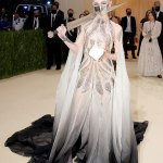 Grimes Met Gala commends attention in Dune-inspired gown, metallic face mask and sword at Met Gala 💥👩💥