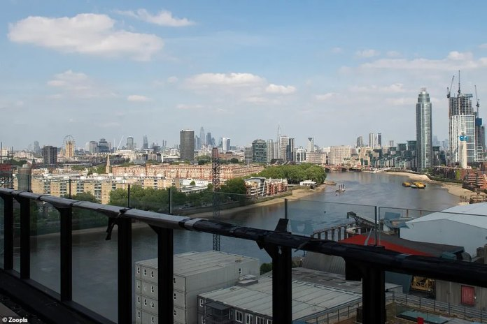 Penthouse with private balcony overlooking the River Thames and overlooking the city