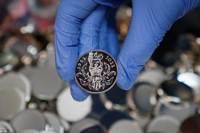 On the reverse is the heraldic image of the royal crest and the years of the Queen's Platinum Jubilee - 1952-2022