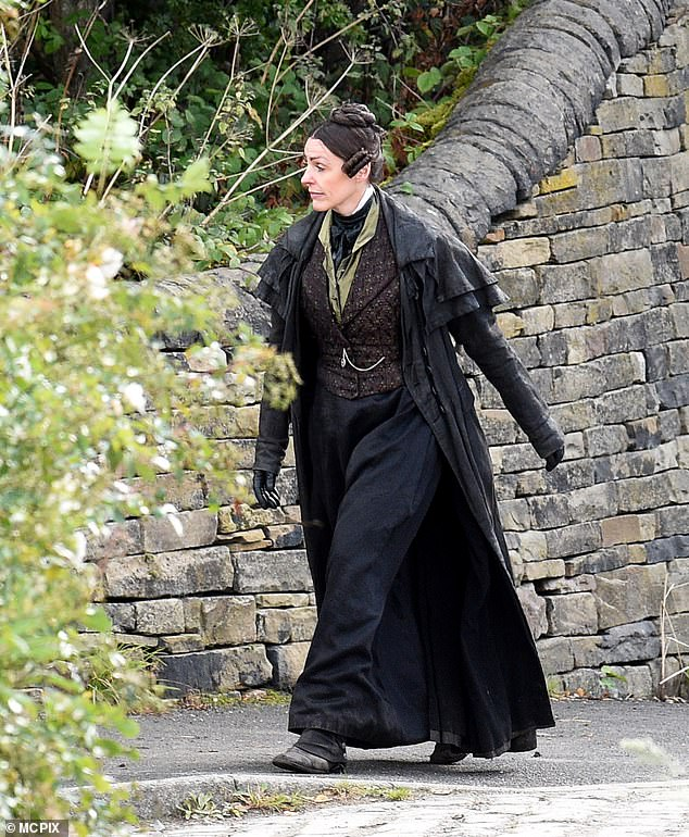 Change of Style: However, she was seen without her infamous top hat and instead appeared to sport a Victorian-style pleated bun hairstyle as she filmed new episodes