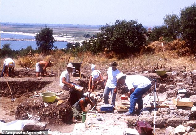 Anagnostis Agelaraki and archaeologists first excavated the cemetery in the Polystyrene Fortress in 1991.  A unique injury was detected recently on the mandible of the soldier.