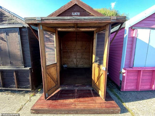 The beach hut is 30 years old and has no fixtures or fittings inside.However, this beach hut will need replacing and can only be used in the daytime