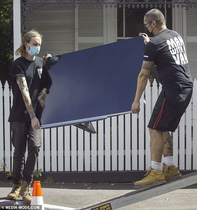 Important:The removalists were seen carrying a blue wheelchair ramp inside