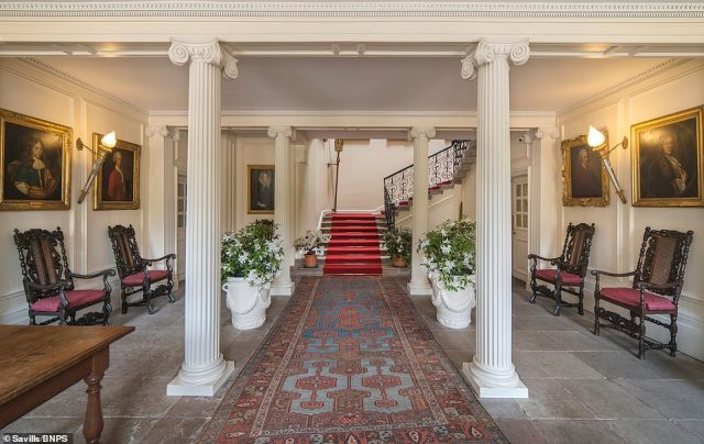 In the entrance hall there are panelled walls and a ceiling dating back to 1797, as well as a staircase with ironwork balustrades which were installed in 1659