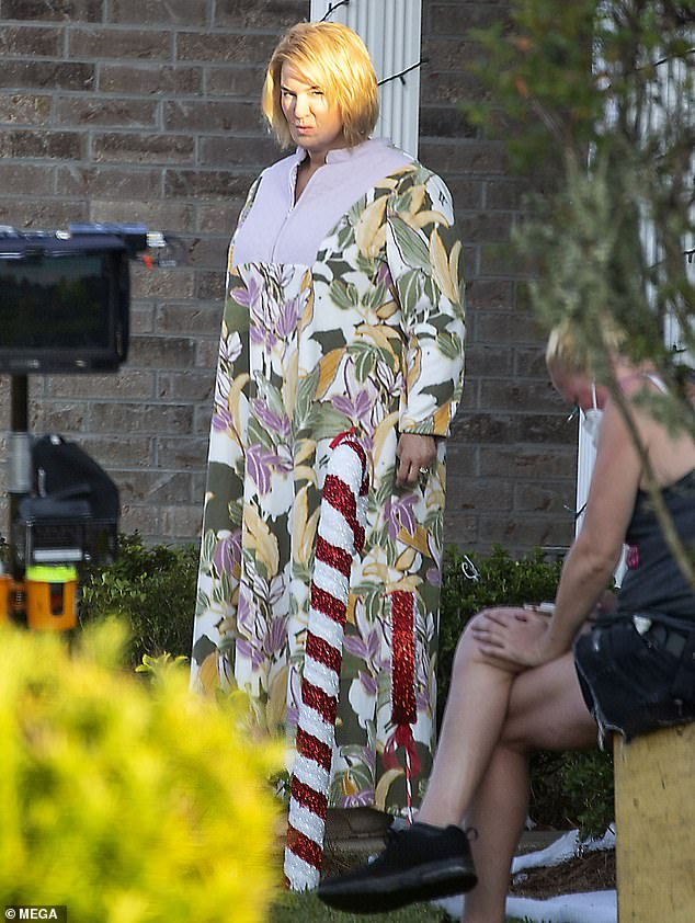 Watch Renee Zellweger wears a housedress and a frumpy 'fats go well with' on set – Celeb gossip