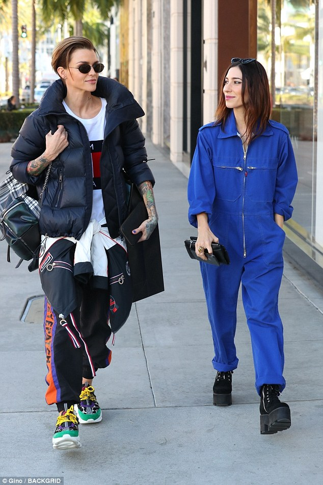 90s retroceso! Tiendas de Ruby Rose en Ritzy Rodeo Drive con su novia Jessica Origliasso de la banda The Veronica's